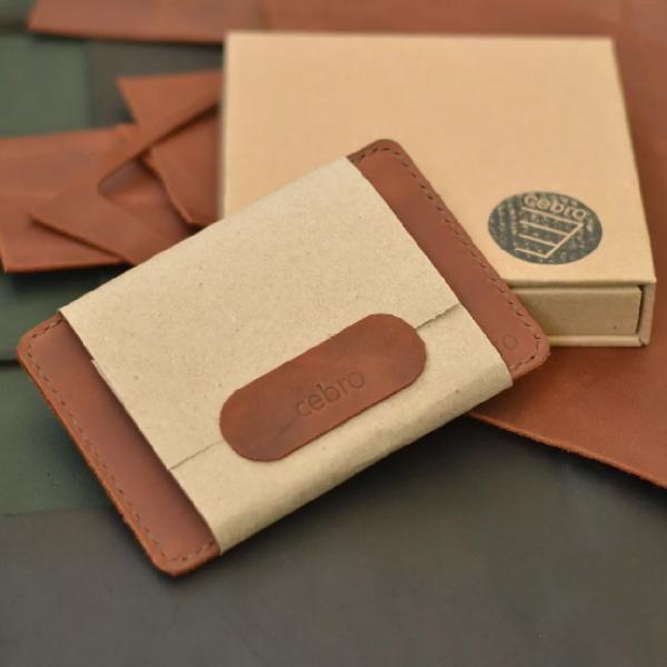 Etui na dokumenty brązowy ręcznie robiony w opakowaniu