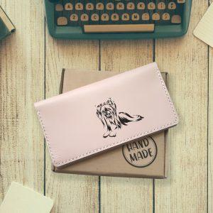 """Portmonetka damska różowa skórzana handmade z grawerem """"Yorkshire terrier"""" Prezent dla miłośniczki psów Prezent dla właścicielki psa"""