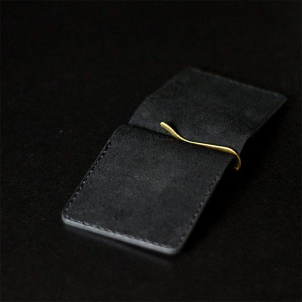 Skórzany męski portfel z klipsem na banknoty, grawerowany. Czarny