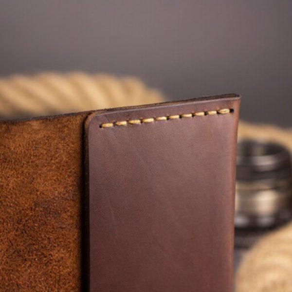 Skórzany portfel etui na paszport z grawerem. Pokrowiec na dokumenty ręcznie szyty brązowy od Luniko