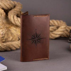 Skórzany portfel etui na paszport z grawerem. Pokrowiec na dokumenty ręcznie robiony brązowy od Luniko