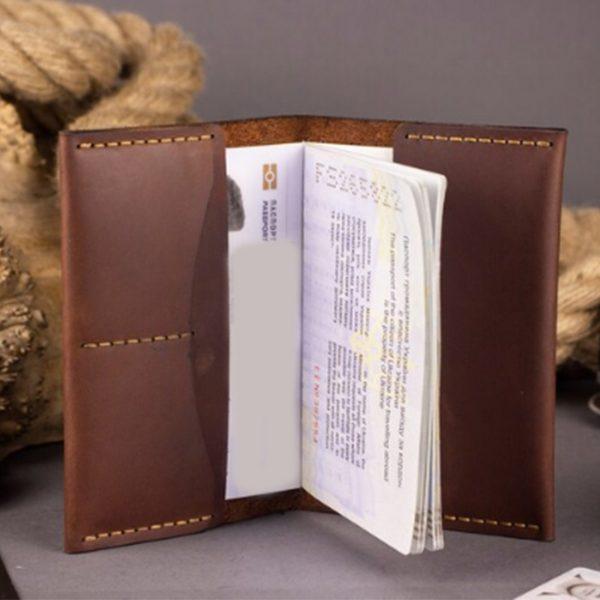 Skórzany portfel etui na paszport z grawerem. Pokrowiec na dokumenty ręcznie robiony brązowy na paszport