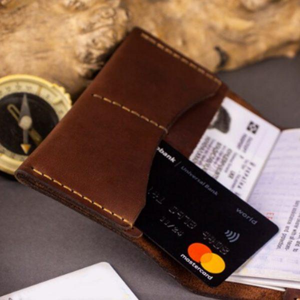 Skórzany portfel etui na paszport z grawerem. Pokrowiec na dokumenty ręcznie robiony brązowy na karty