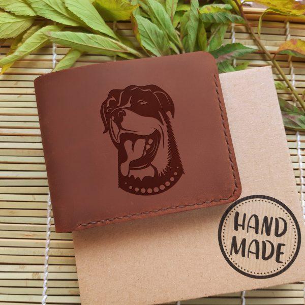 """Brązowy skórzany męski portfel z psem ręcznie robiony z grawerem """"Rottweiler"""" Prezent dla miłośnika psów, dla psiarza lub dla właściciela psa"""
