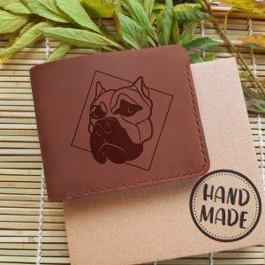 """Prezent dla miłośnika psów. Męski skórzany portfel z psem i kieszonką na bilon oraz grawerem """"Buldog"""", ręcznie robiony, brązowy"""