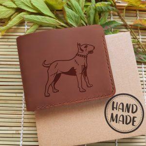 """Portfel męski skórzany ręcznie robiony z psem. Brązowy portfel z kieszonką na bilon oraz grawerem """"Bulterier"""". Prezent dla miłośnika psów"""
