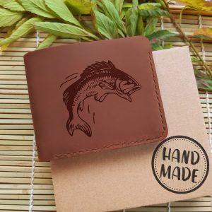 """Portfel męski skórzany na prezent dla wędkarza z grawerem """"Bass"""". Portfel ręcznie robiony ze skóry naturalnej"""