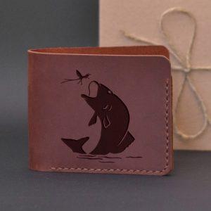 Brązowy skórzany portfel ręcznie robiony z grawerem Ryba i ważka. Pomysł na prezent dla wędkarza