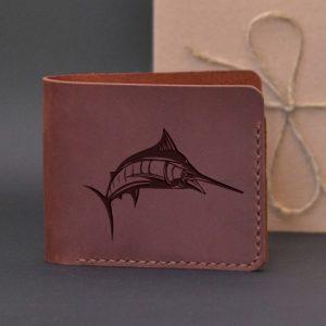Portfel na prezent dla wędkarza. Portfel brązowy skórzany z grawerem Marlin