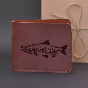 Portfel skórzany na prezent dla wędkarza z grawerewm Łosoś Portfel ręcznie robiony ze skóry naturalnej