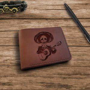 """Portfel męski skórzany ręcznie robiony z kieszonką na monety z grawerem """"Czaszka z gitarą"""" Prezent dla przyjaciela"""