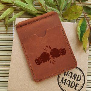 Ręcznie robiony skórzany portfel z klipsem na pieniądze i kieszeniami na karty kredytowe. Grawerowanie laserowe Boks. Prezent dla bokserów