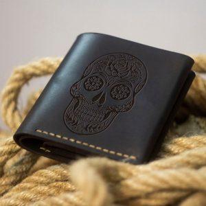 Portfel męski skórzany brązowy ręcznie robiony ze włoskiej skóry naturalnej z kieszenią na bilon od Luniko. Portfel z czaszką
